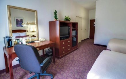 double bed room with desk and tv